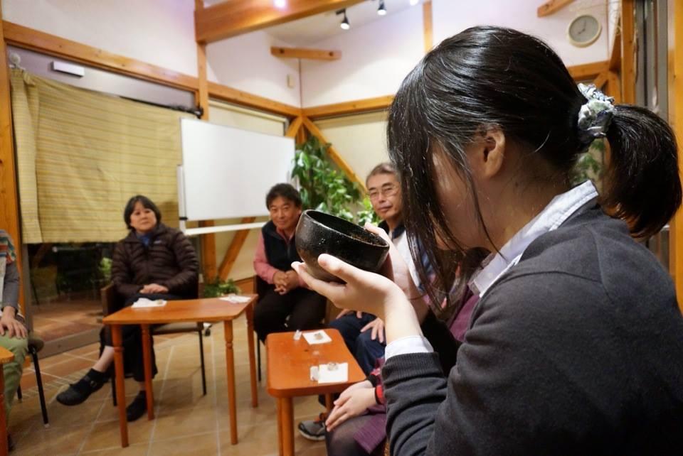 抹茶を飲みながら日本の文化に思いを馳せます…